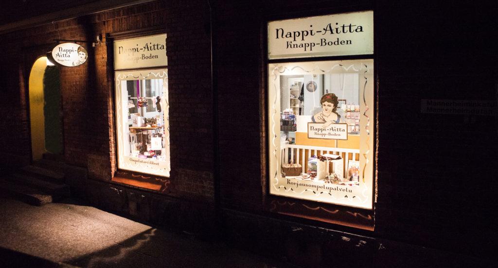 Nappi-Aitta ikkunat pimeässä